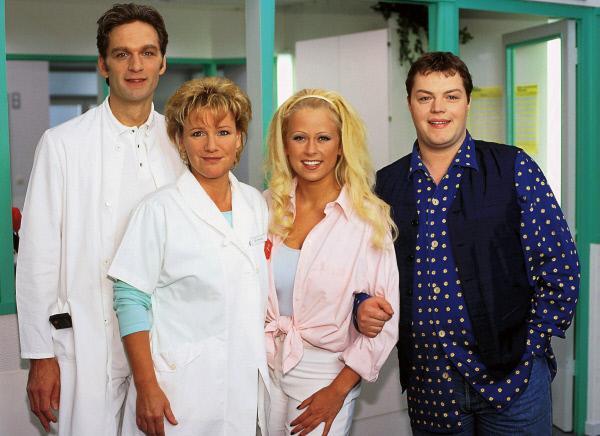 Bild 1 von 6: v.li. Dr. Schmidt (Walter Sittler), Nikola (Mariele Millowitsch), Elke (Jenny Elvers) und Tim (Oliver Reinhard)