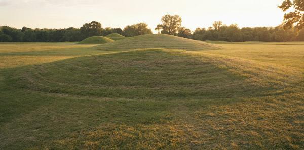 Bild 1 von 1: Die Nekropole von Mound City in Ohio ist mehr als 2000 Jahre alt. Die konischen Erdhügel, die sogenannten Mounds, errichteten die Hopewell-Indianer über ihren Begräbnisplätzen, die oft Tausende von Skeletten bargen.