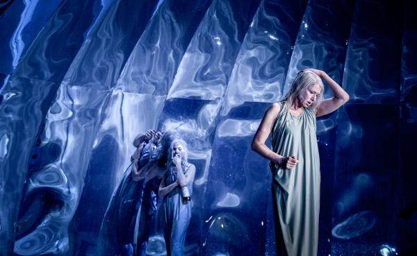 Bild 1 von 3: Karin Lithman und Corinna Harfouch in Jo Schramms Bühnenbild für \