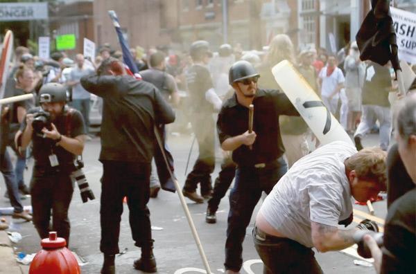 Bild 1 von 3: Gewalttätige Auseinandersetzungen bei rechtsextremer Demonstration in Charlottesville