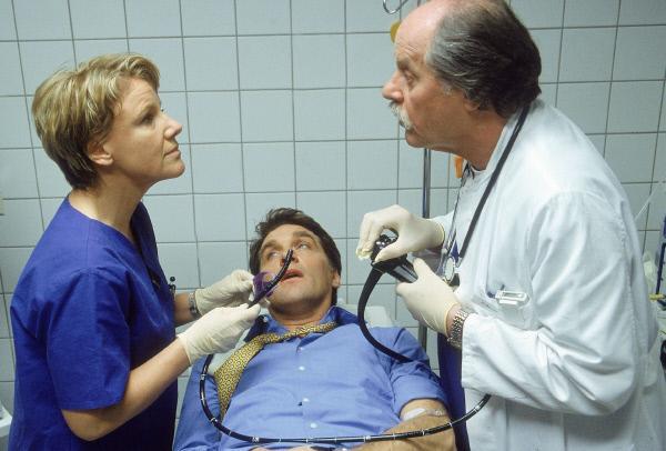 Bild 1 von 6: Dr. Schmidt (Walter Sittler, Mi.) hat sich in eine missliche Lage manövriert: Dr. Bender (Herbert Meurer, re.) und Nikola (Mariele Millowitsch) bereiten ihn für eine Magenspiegelung vor.