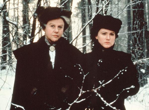 Bild 1 von 2: Trübe Aussichten: Rosa Luxemburg (Barbara Sukowa, re.) und Sonja Liebknecht (Eva Jaboubkova) fürchten den Krieg.