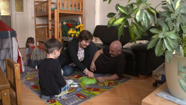 Bild 1 von 4: Lutz Brellenthien und seine Familie fürchten, wegen Eigenbedarf ihre Wohnung zu verlieren.