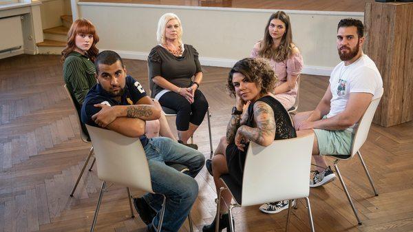 Bild 1 von 4: Die Gruppe, v. li.n.r. im Uhrzeigersinn: Celine, Therapeutin Diana Herzbeck, Franzi, Deniz, Iry und Ahmed