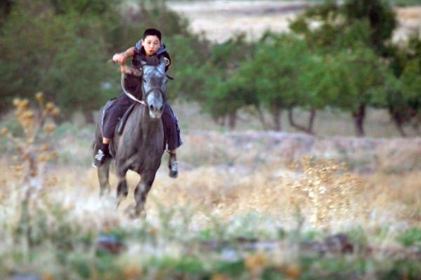 Bild 1 von 1: Der zwölfjährige Daniar lebt mit seiner Familie in den Bergen von Kirgistan und reitet seit seinem fünften Lebensjahr.
