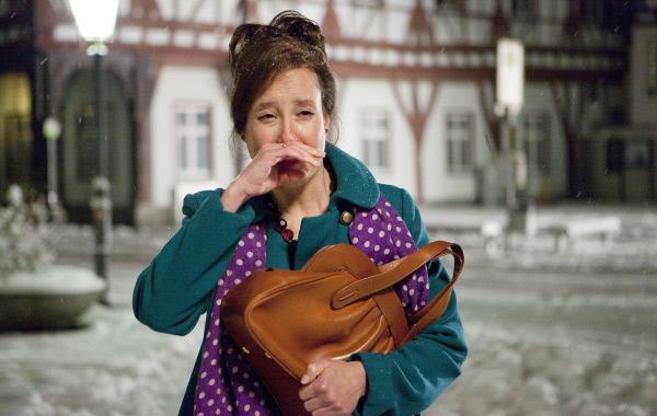 Bild 1 von 1: Nanu? Warum stolpert die frisch verliebte Frau Latzel (Caroline Ebner) in Tränen aufgelöst über den Marktplatz?