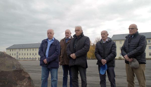 Bild 1 von 2: Ehemalige Kameraden des Fallschirmjägerbataillons 261 vor der Gedenktafel in der Graf-Haeseler-Kaserne in Lebach.