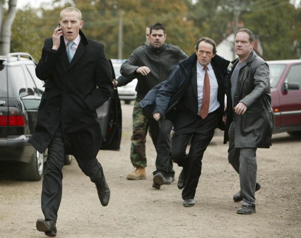 Bild 1 von 8: Sergeant Hathaway (Laurence Fox, l.) und sein Chef Inspektor Lewis (Kevin Whately, 2.v.r.) gehen mit gebotener Eile gegen die illegalen Boxkämpfe vor, nicht zuletzt, weil sie glauben, dass sich in diesen Kreisen ein Mörder versteckt hält.