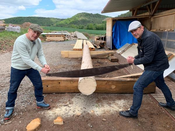Bild 1 von 40: Simon Schwarz (links) und Sebastian Bezzel beim Holzsägen.