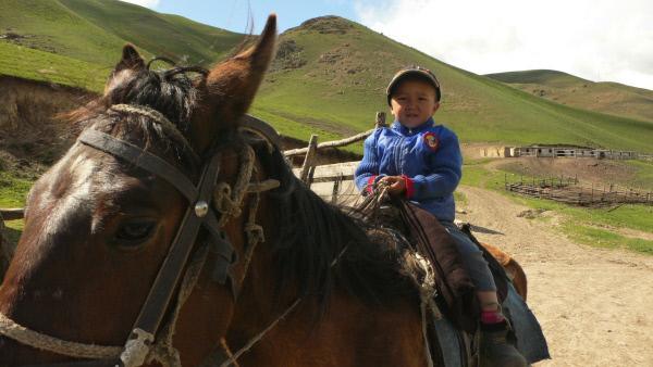 Bild 1 von 6: In Kirgisistan sitzen schon die ganz Kleinen - hier ein Junge im Alter von vier Jahren - im Sattel