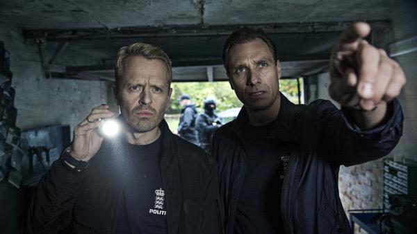 Bild 1 von 4: Zwei der Ermittler SP (Alexandre Willaume, r.) und Simon Clausen (Peder Thomas Pedersen, l.) kommen der Herkunft der benutzten Waffen auf die Spur.