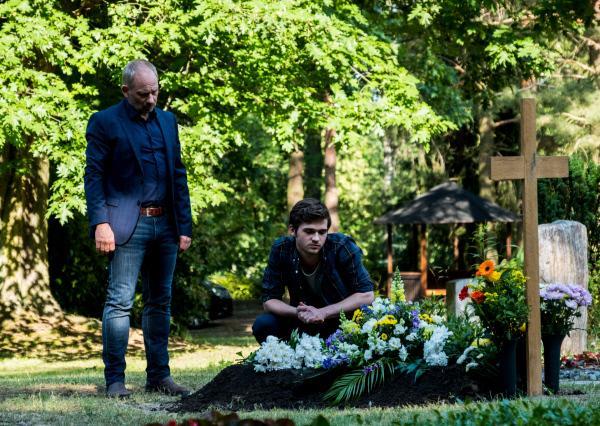 Bild 1 von 5: Bernhard Henschel (Michael Lott, l.) und sein Sohn Max (Henry Horn, r.) haben das Grab von Max' bestem Freund gefunden. Sie hoffen, dass der mutmaßliche Mörder bald auf dem Friedhof auftauchen wird.