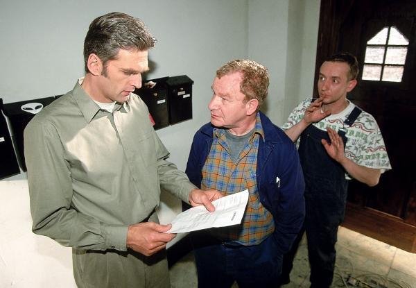 Bild 1 von 9: Die Handwerker (Michael Hanemann, M. und Nicholas Bodeux, r.) präsentieren Dr. Schmidt (Walter Sittler, l.) die Rechnung. Er sollte sie lieber annehmen, sonst gibt es ein Donnerwetter.