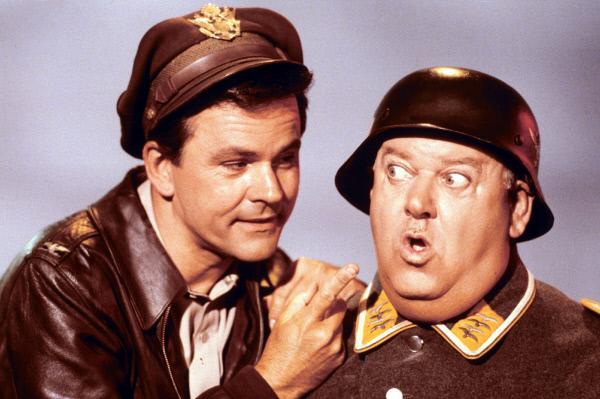 Bild 1 von 2: Colonel Robert E. Hogan (Bob Crane, l.), Sgt. Hans Georg Schultz (John Banner)