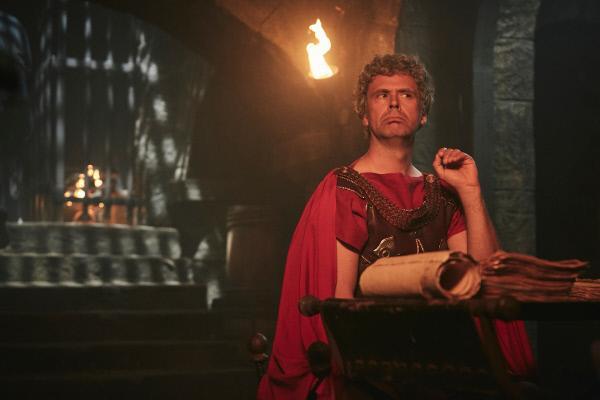 Bild 1 von 4: Ein römischer Legionär (Matthias Matschke) bei der sorgsamen Auswahl der nächsten Gladiatoren.