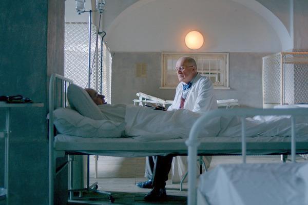 Bild 1 von 3: Dr. Stein (Hanns Zischler) kümmert sich in einem Sanatorium in Neuengland in den USA um Masaryk (Karel Roden).