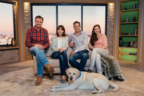 Bild 1 von 3: Von links: Die Moderatoren Michael Sporer, Sabine Sauer, Dominik Pöll, Andrea Lauterbach und Hund Henry.