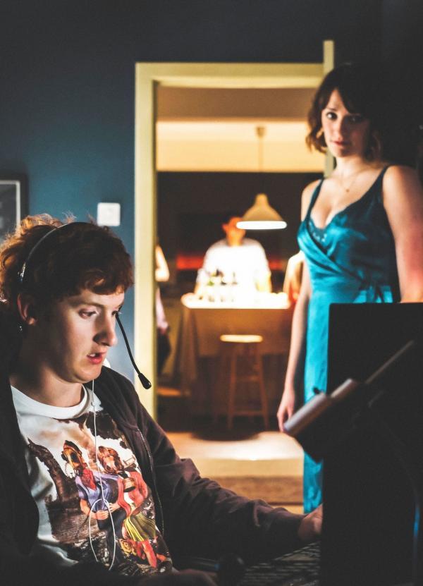 Bild 1 von 1: Alison (Charlotte Ritchie) lädt Nicky (Will Merrick) zu ihrer WG-Party ein.
