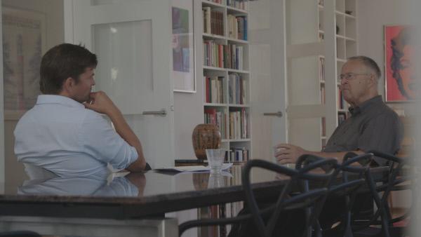 Bild 1 von 3: Hans Eichel (r.) im Gespräch mit dem Autor Dirk Laabs (l.).