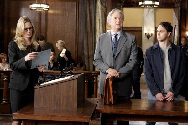 Bild 1 von 9: Alexandra Carbot (Stephanie March) geht gegen den mutmaßlichen Kindsmörder Thagard (Thomas Sadoski, r.) und seinen Anwalt Carver (John Larroquette) vor.