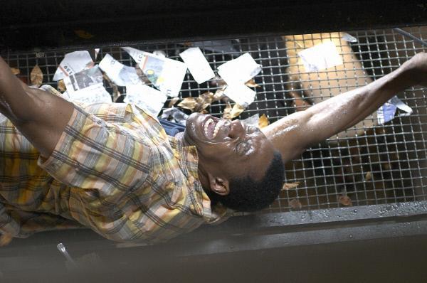 Bild 1 von 4: Jason (Arnold Pinnock) kämpft gegen den Sturm an.