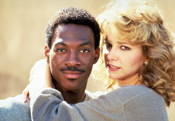 Bild 1 von 8: Da die Cops in Beverly Hills nicht mit ihrem chaotischen Kollegen Axel (Eddie Murphy, r.) zu tun haben wollen, ist Axel gezwungen, den Fall allein aufzuklären, bis die schöne Jenny Summers (Lisa Eilbacher, l.) ihm hilft ...