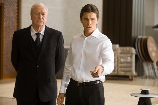 Bild 1 von 24: Müssen mitansehen, wie der Joker Gotham City in ein anarchisches Chaos stürzt: Bruce Wayne alias Batman (Christian Bale, r.) und Butler Alfred (Michael Caine, l.) ...