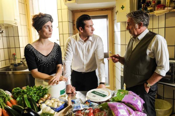 Bild 1 von 2: Der Pizzeria-Besitzer Franco Motta (Michele Oliveri, r.) erfährt, dass sein Sohn Paolo Motta (Arnel Taci, m.) fertiges Pesto einkaufte. Seine Frau Olivia (Patrizia Carlucci, l.) hatte ihn gewarnt, dass es Ärger geben würde.