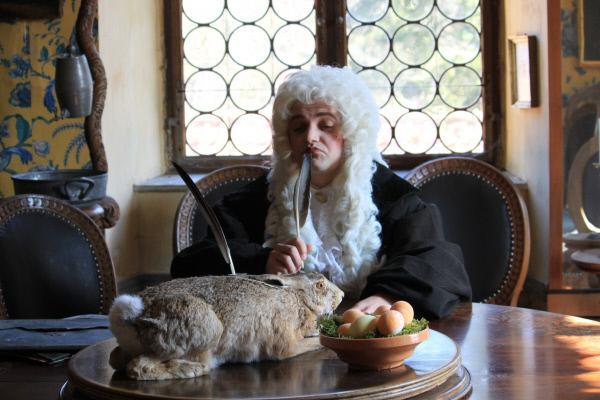 Bild 1 von 1: Georg Franck von Franckenau (Stefan Haschke) erwähnt zum ersten Mal 1682 den Osterhasen. Allerdings ist er kein Fan. Er hält das ganze für \