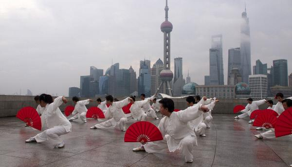 Bild 1 von 1: Alte Traditionen vor der Kulisse ultramoderner Megacities - China im Wandel.
