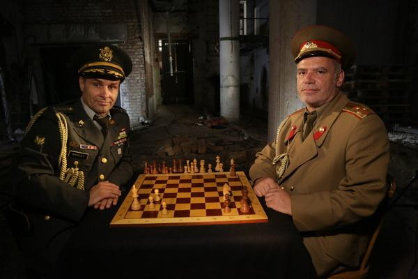 Bild 1 von 1: Die USA und die Sowjetunion sitzen sich am Schachbrett des Kalten Krieges gegenüber.