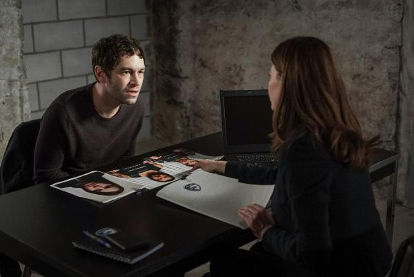Bild 1 von 4: Julie Beauchemin (Fanny Mallette) verhört Marc-André Trottier (Olivier Barrette) und erhofft sich Aufschluss über die Morde.