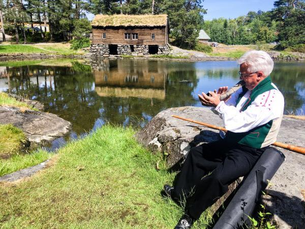 Bild 1 von 1: Ein Musiker in einem Wikingerdorf in Alesund.