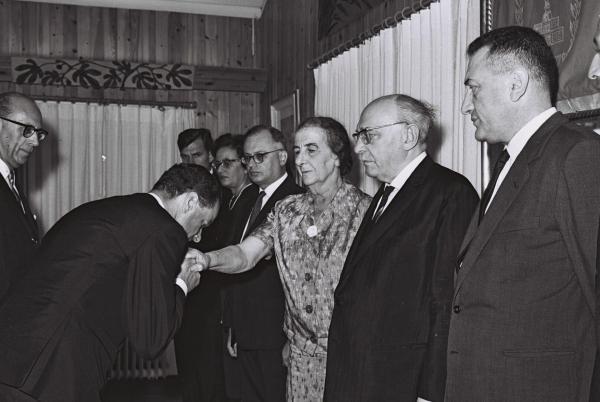 Bild 1 von 10: Der deutsche Botschafter in Israel, Rolf Pauls, küsst die Hand der damaligen Außenministerin Golda Meir - August 1965.