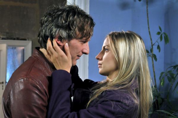 Bild 1 von 6: Ben (Kai Lentrodt) und Silvia (Annika Blendl) kommen sich näher.