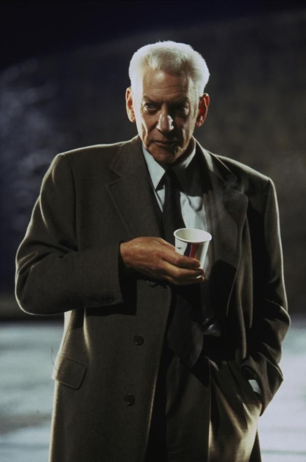 Bild 1 von 15: Lt. Stanton (Donald Sutherland) vermutet, dass sich ein schwarzes Schaf in den Reihen der Polizei befindet. Er hat auch schon einen Verdacht, um wen es sich handeln könnte.