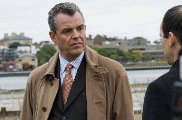 Bild 1 von 10: Jack Bennett (Danny Huston, l.), Emmas ehemaliger Chef, setzt alles daran, dass nichts über die Aktivitäten der Firma nach Außen dringt.