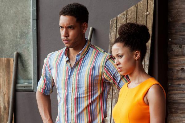 Bild 1 von 13: Die Geschwister Daniel Thomson (Royce Pierreson) und Lucy Thompson (Natalie Gumede) sind schockiert von den Geschehnissen. Beide glauben, dass ihr Vater durchaus von dem Geist Mama Beth ermordet worden sein kann.