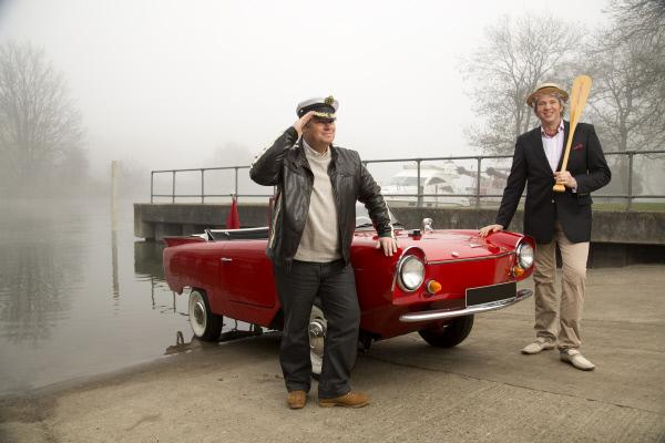 Bild 1 von 1: Picture shows: Mike Brewer and Edd China with the Amphicar.