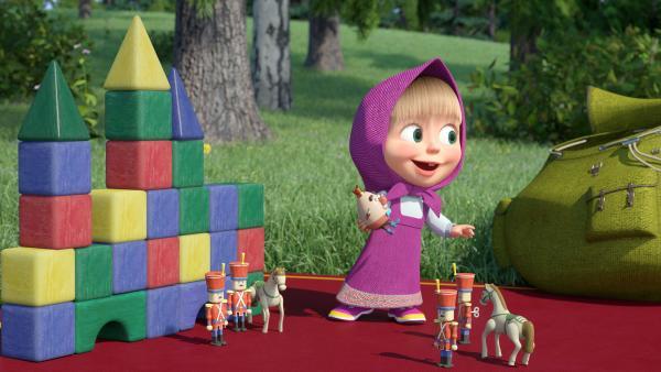 Bild 1 von 4: Mascha hat ihre Spielzeuge mitgebracht, unter anderem auch die Figur Boom-Boom Ballon.