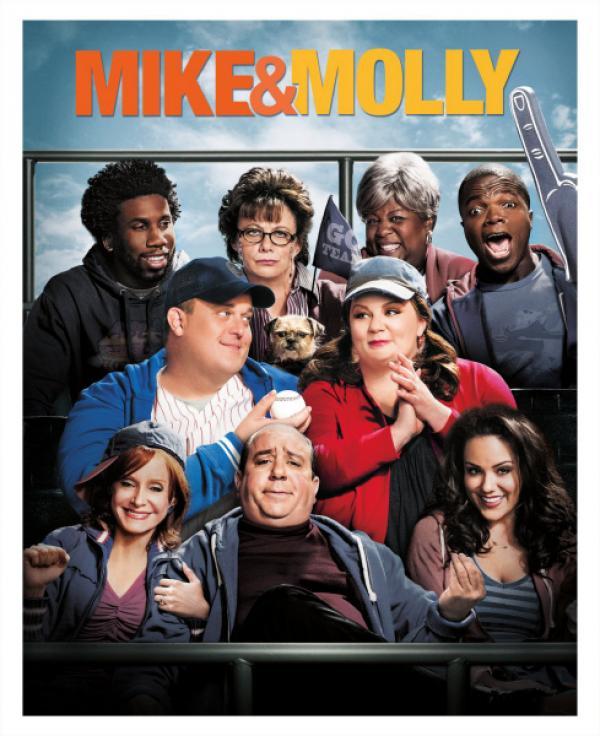 Bild 1 von 1: (3. Staffel) - MIKE & MOLLY: Samuel (Nyambi Nyambi, hinten l.), Carl (Reno Wilson, hinten r.), Peggy (Rondi Reed, hinten 2.v.l.), Grandma (Cleo King, hinten 2.v.r.), Mike (Billy Gardell, M.l.), Molly (Melissa McCarthy, M.r.), Victoria (Katy Mixon, vorne r.), Joyce (Swoosie Kurtz, vorne l.) und Vince (Louis Mustillo, vorne M.) ...