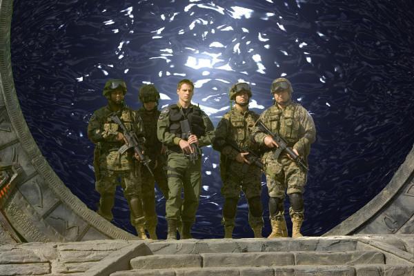 Bild 1 von 3: Das SG-1 Team wird unter neuer Leitung von Colonel Cameron Mitchell (Ben Browder,mitte) neu formiert.