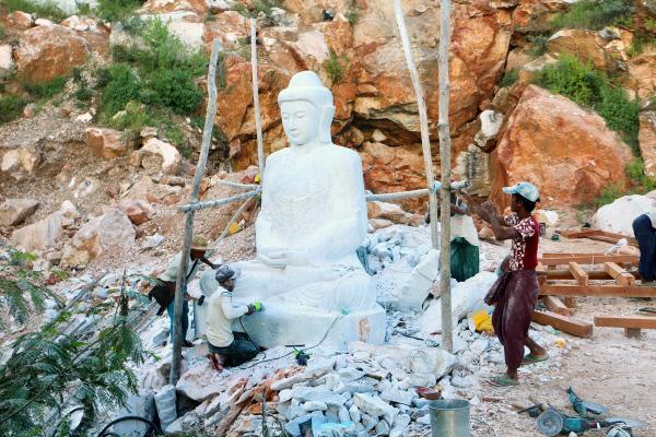Bild 1 von 4: Knapp 60 Kilometer nördlich von Mandalay liegen die Marmorsteinbrüche. Sie liefern einen besonders feinen weißen Stein zur Herstellung von Buddha-Statuen.