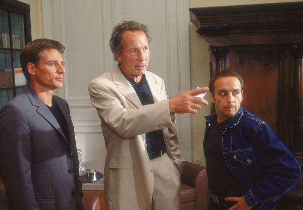 Bild 1 von 10: Tom (René Steinke, li.) und Semir (Erdogan Atalay, re.) befragen Dr. Krüger (Hartmut Becker) zu dem Fall Becker.