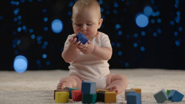 Bild 1 von 9: Forscher testen mit Babys, wie Farben uns instinktiv in unserer Welt steuern. Blau ist die Lieblingsfarbe der meisten Menschen und auch schon bei Babys sehr beliebt.