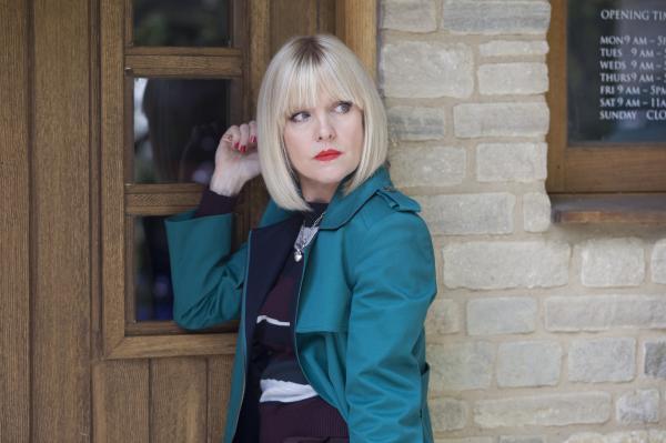 Bild 1 von 5: Agatha Raisin (Ashley Jensen) will den Mord an dem Tierarzt Paul Bladen aufklären.