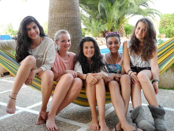 Bild 1 von 2: Buse, Maja, Louisa, Bianca und Weya genießen den Urlaub ohne Eltern in ihrer Villa auf Mallorca.