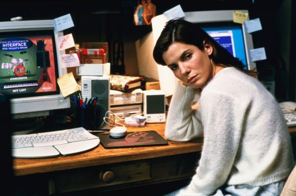 Bild 1 von 9: Die Softwareentwicklerin Angela Bennett (Sandra Bullock) bekommt von einem Kollegen eine mysteriöse Diskette zugespielt. Nachdem sie dem, auf sie angesetzten Killer entkommt, bemerkt sie, dass sich ihre persönlichen elektronischen Daten verändern.