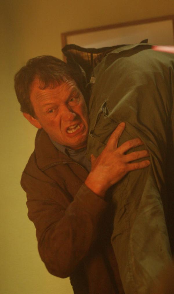 Bild 1 von 7: Unter Einsatz seines Lebens begibt sich Inspektor Robert Lewis (Kevin Whately) in die Feuerhölle, um Leben zu retten.