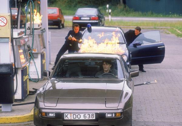 Bild 1 von 9: Decker (Max Herbrechter, vorne) versucht Tom (René Steinke, re.) und Semir (Erdogan Atalay) zu entkommen, nachdem er sie mit einem brennenden Tankschlauch in Schach gehalten hatte.